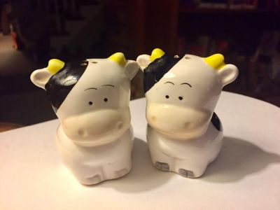 Vintage Cow Salt & Pepper Shaker Set. Approx 2-1/2 tall. Super cute! Good used condition
