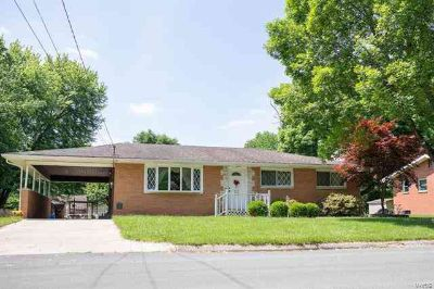 114 Cedar East Alton, Well maintained all brick Three BR
