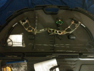 Bear Cruzer Compound Bow, Plano Case and arrows