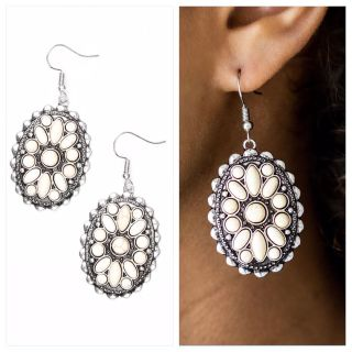 PAPARAZZI PRARIE POPPY EARRINGS IN WHITE & SILVER. NWT