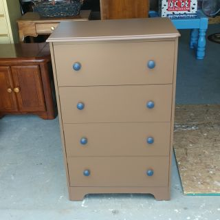 4 Drawer Dresser. Freshly Painted. 25x16x40
