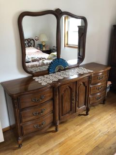 Lovely dresser w/ mirror ( delivery possible)