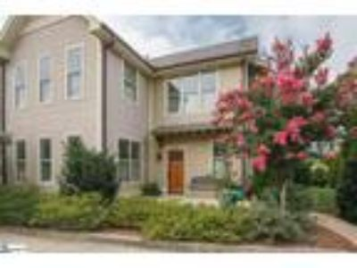 Master on main! This move in ready townhome h...