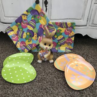 FUN SPRING EASTER LOT! 4 THICK PLASTIC EGG PLATES, 2 TRAYS! 1 CUTE PLASTER EASTER BUNNY FIGURE DECOR