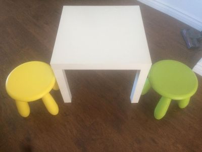 Kid table & 2 chairs