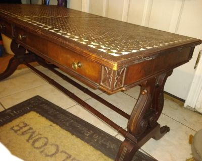 BEAUTIFUL ANTIQUE MAHOGANY COFFEE TABLE MADE BY MAHOGANY ASSOCIATION INC. 1,251 PENNIES ON TOP