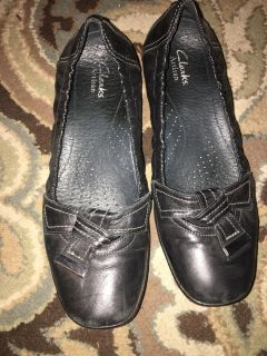 Clark s artesian flats cute accent tie. Stretchy backs. Sz 7.5-8. Not marked. Slight scuffs but lots of life in this quality brand shoe.