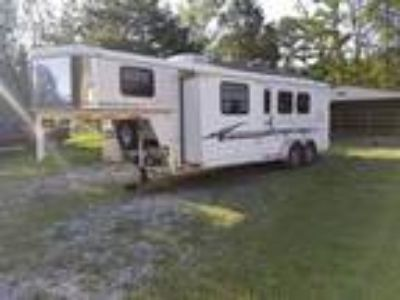 2004 Bison 3 Horse Living Quarters Trailer