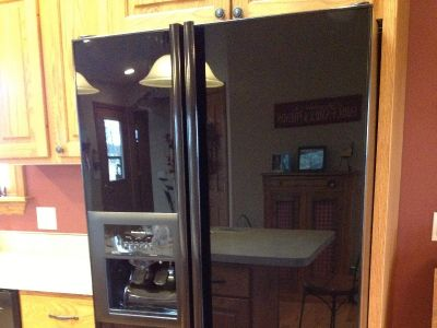 Refrigerator 25.4 Cubic Feet, Black, Side-by-side, Water indoor