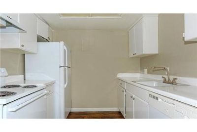 Apartment, 1,000 sq. ft. 2 bedrooms - in a great area. Parking Available!