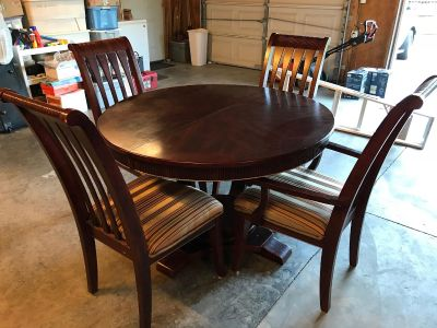 Round dining table with 6 chairs!