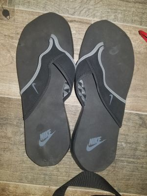Nike flip flops mens 10 and womens 11