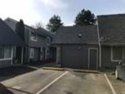 Newberg, Near George Fox University - Three BR 1.5 BA Townhouse Style Uni...