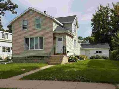 524 GROVE Street Oshkosh, Delightful 2 story home boasting 3