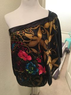 Stunning off the shoulder blouse. Very flattering. Size Grande