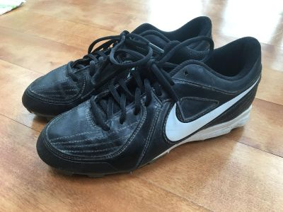 Nike softball shoes in size 8 in alexcellent condition