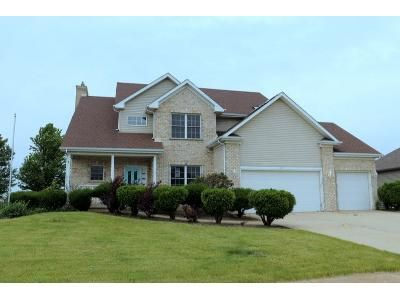 4 Bed 2.5 Bath Foreclosure Property in Sycamore, IL 60178 - Parkside Dr