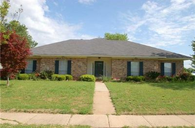 $1,200, 4br, 4 beds 2.5 baths Large corner lot, big front and back yard for rent