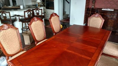 Beautiful brand new dining Room Set never used.Set in