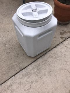 Cat or dog food sealable container