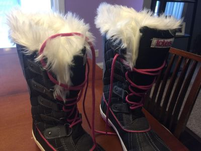 Girls size 4 Totes boots. Like new!!!