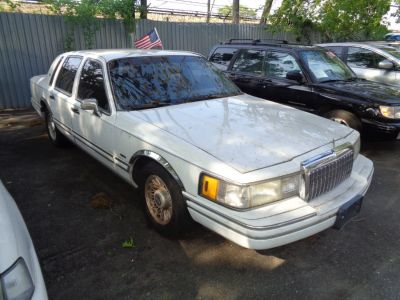 1993 Lincoln Town Car Executive (White)