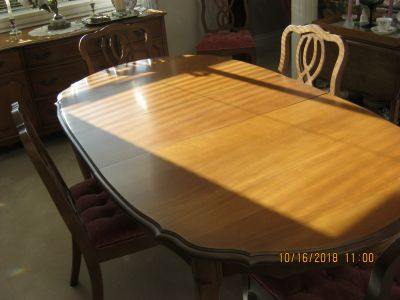 OVAL MAPLE DINING ROOM TABLE C/W 6 CHAIRS