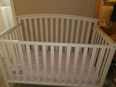 Baby bed with mattress/also turbs into toddler bed