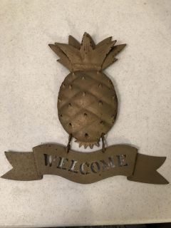 HANGING METAL PINEAPPLE WELCOME SIGN