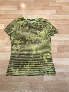 Under Armour Boys YXL Fitted Heat Gear UPF 30 + Shirt Excellent Cond. Smoke Free Runs Small In Size