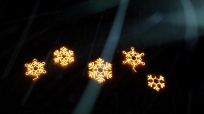 Lighted snowflakes for outdoor decoration