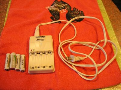 Duracell Quick Charger for Rechargeable Batteries + 4 Batteries