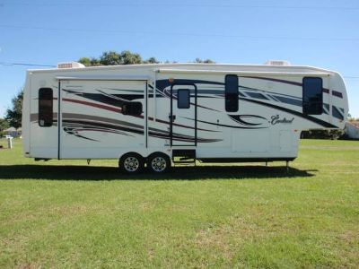 LOOK JUST REDUCED 2010 Cardinal 5th wheel