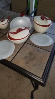 Used Tupperware insulated Serving Bowls small,medium and large bowls w/gravey boat