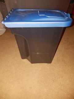 Dog food container with lid very good condition