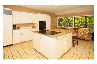 Tropical resort living located in upscale Kahala. Washer/Dryer Hookups!