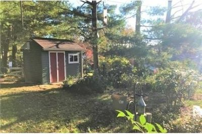 This single family home in has many upgrades. Washer/Dryer Hookups!