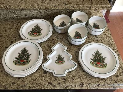 NEW Pfaltzgraff Christmas Dish Set, 8 plates, 8 Bowls, 1 dish, See addl pictures