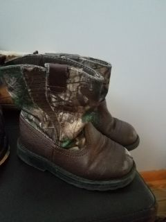 Toddler boots size 8 some wear on toes