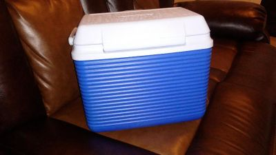 Rubbermaid ice box/cooler