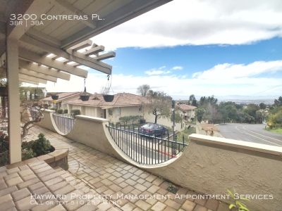 3BD/2.5BA - TOWNHOME IN HAYWARD HILLS W/POOL ACCESS & VIEW!