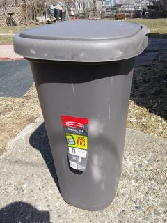 """13 gallon Rubbermaid garbage container 25"""" tall"""