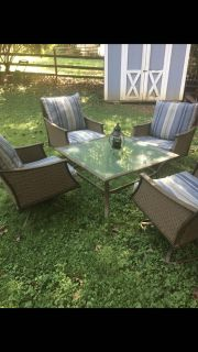 Out door patio set with brand new cushions