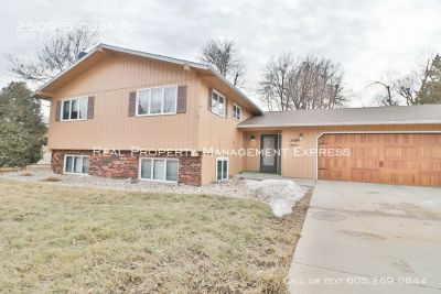 Gorgeous Upper Level 3 Bedroom 2 Bath East Central Sioux Falls