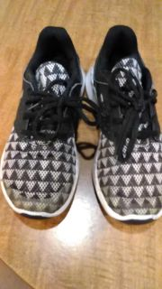 Under Armor tennis shoes, size 4, nice condition.