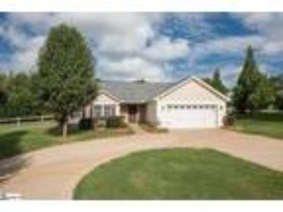 Spacious ranch with vaulted ceilings. This ho...