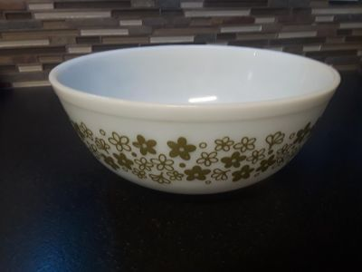 1970s crazy daisy pyrex mixing bowl. Avocado green and white spring blossom vintage 4qt.
