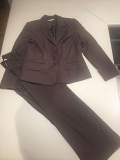 Pant suit in brown
