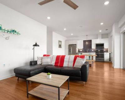 Modern 2BR with King, Double, Rooftop Pool, Gym
