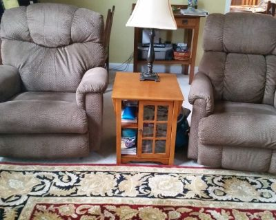Two matching Lazy Boy recliners